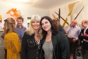 Die Sammlerin mit Künstlerin Michelle Jezierski
